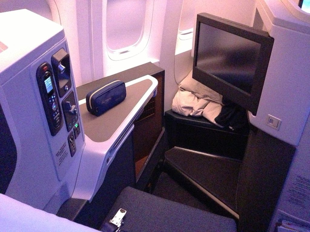 A business class seat onboard a Cathay Pacific B777-300ER. Courtesy of Sunnya343 on Wikimedia.